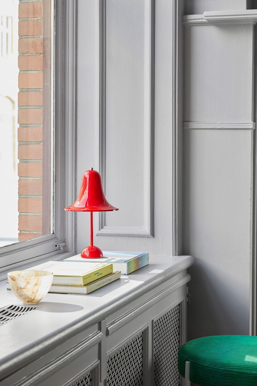 Красный светильник Pantop Portable на подоконнике