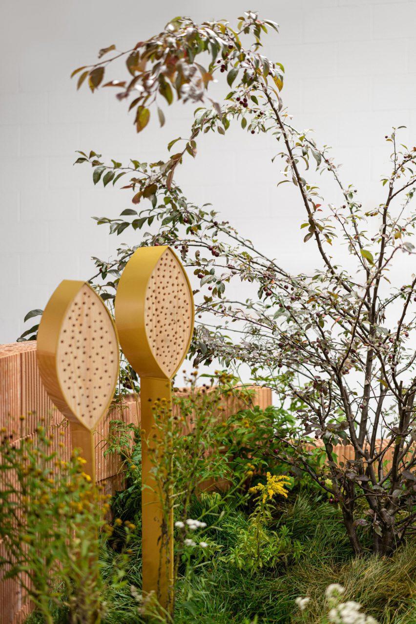 Отель с насекомыми рядом с деревом в инсталляции Habitats от Note Design Studio