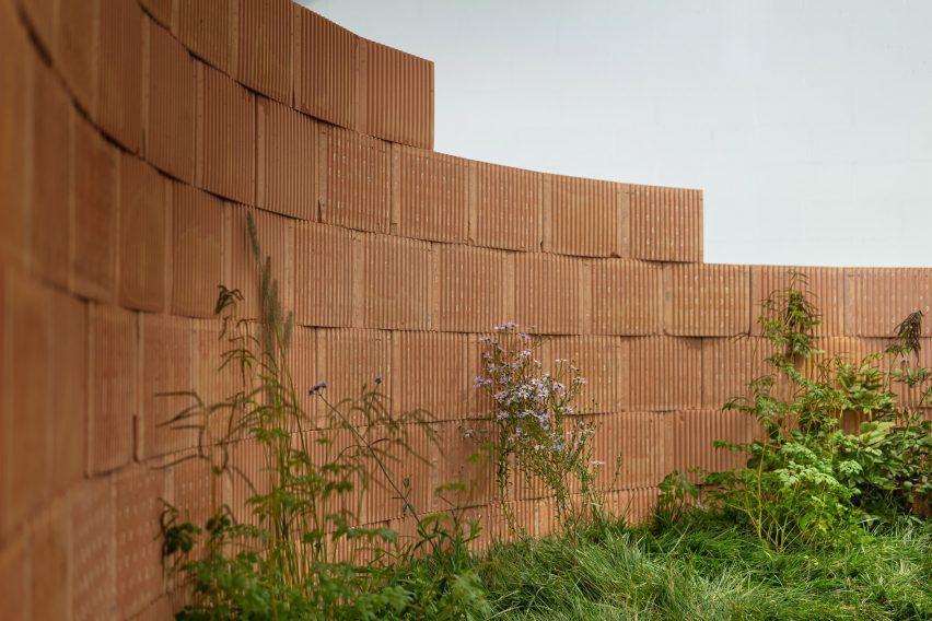 Кирпичная стена в инсталляции Вестре на миланской неделе дизайна