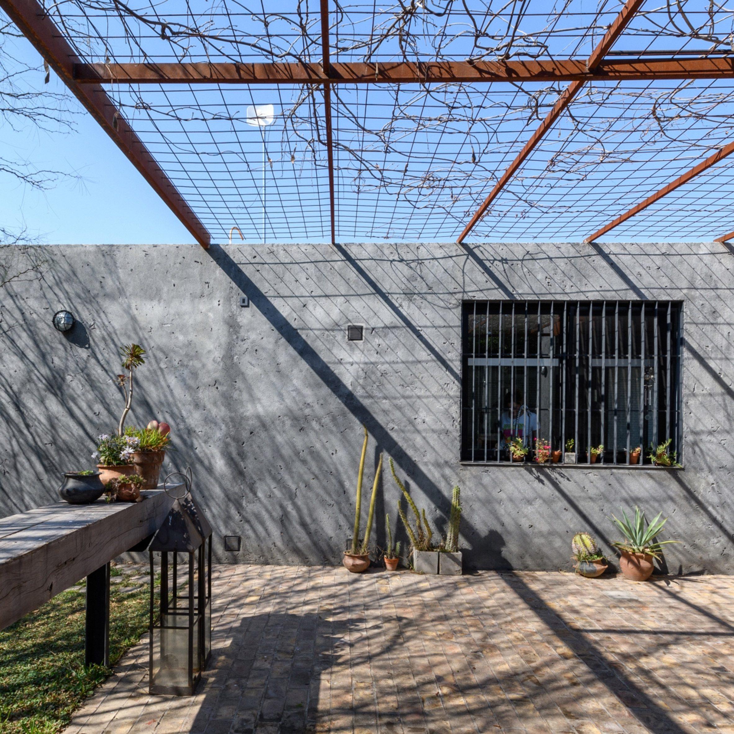 Roberto Benito incorporates naked materials into Vivienda Texturas in Cordoba