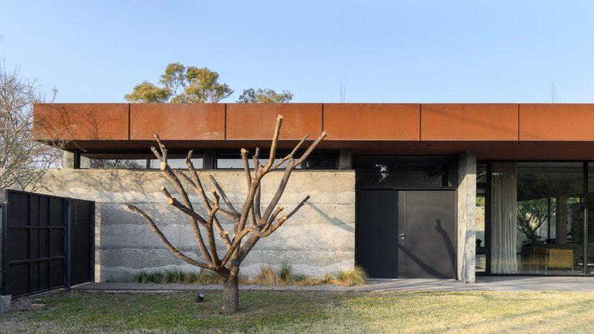 Concrete house by Roberto Benito Arquitecto