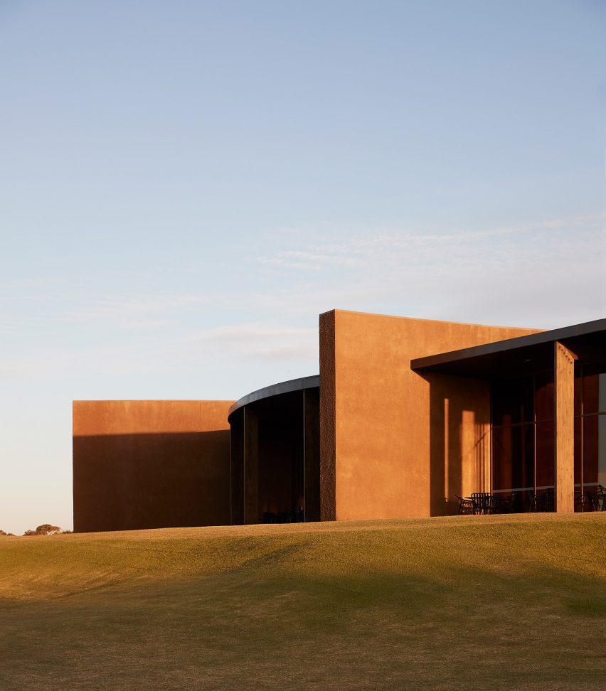 В гольф-клубе Lonsdale Links используются необработанные и текстурные материалы.