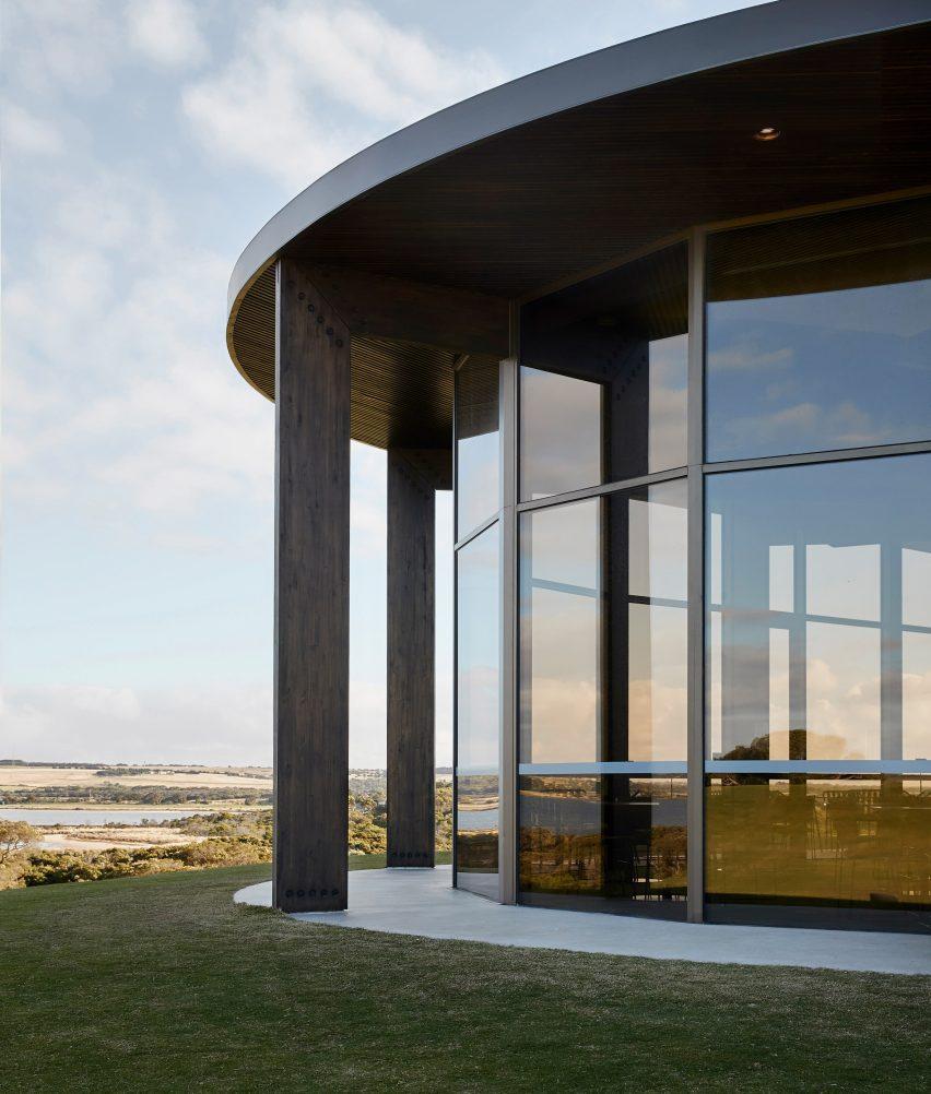 В гольф-клубе Lonsdale Links установлены окна от пола до потолка.