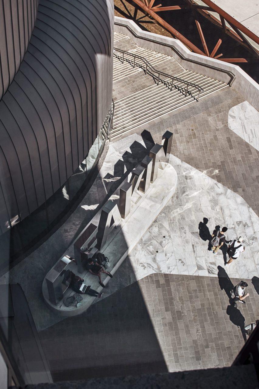 Лестница ведет к площади в юридической школе Дикина