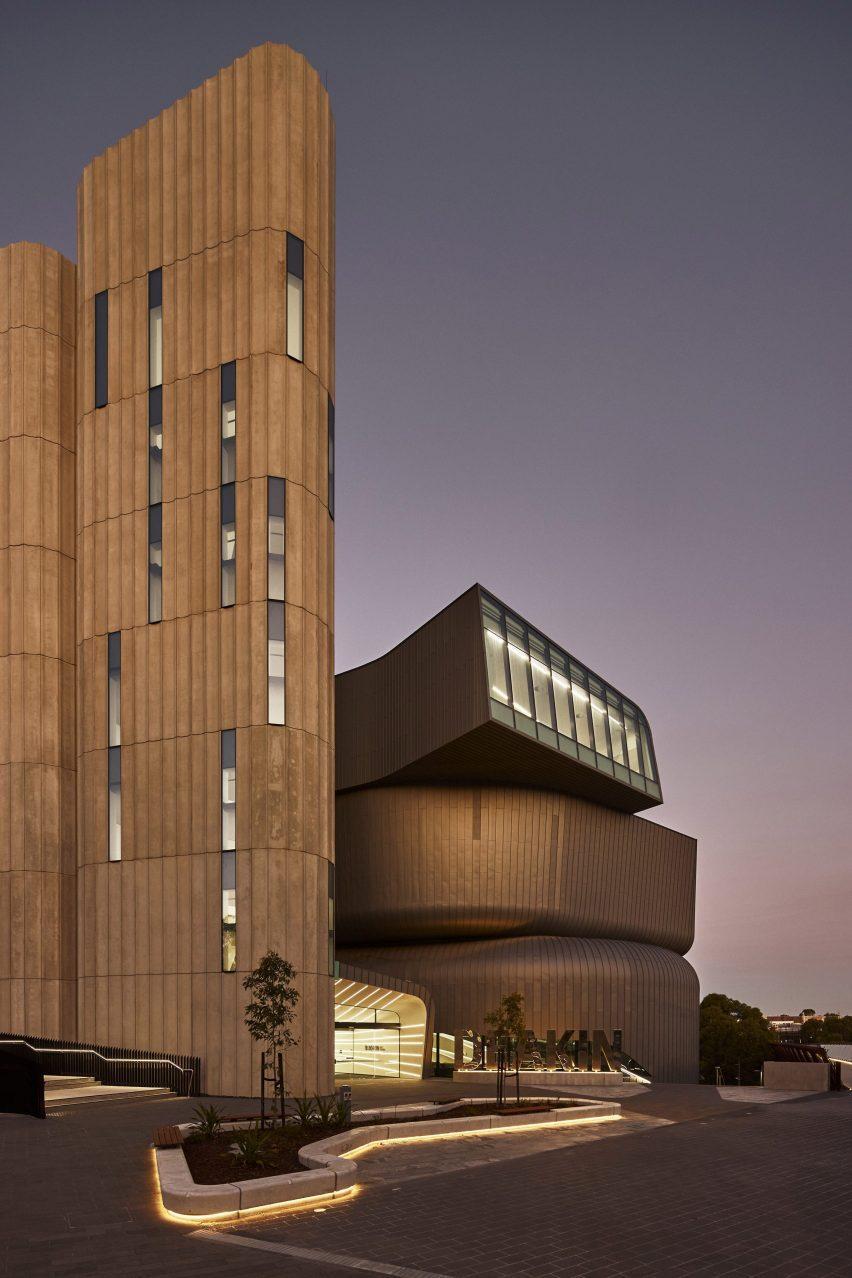 Юридическая школа Дикина в сумерках с отражением света снаружи