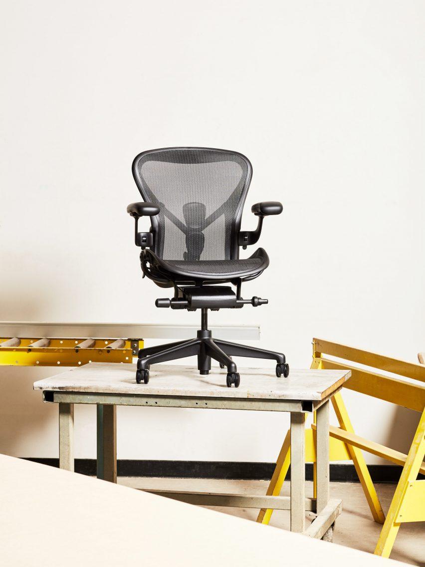 Офисный стул на столе