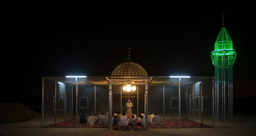 Люди собираются в стальной мечети ночью