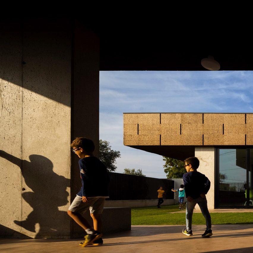 Cork school by Contaminar Arquitetos