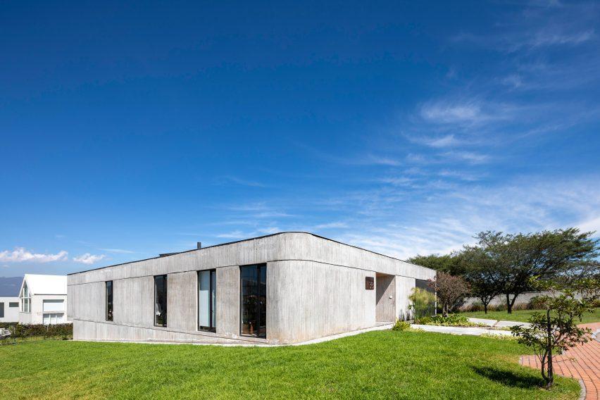 A curved exterior wall around Casa 9B by Bernardo Bustamante Arquitectos