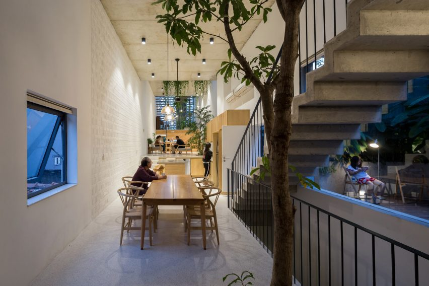 Family dining in CH House by ODDO Architects