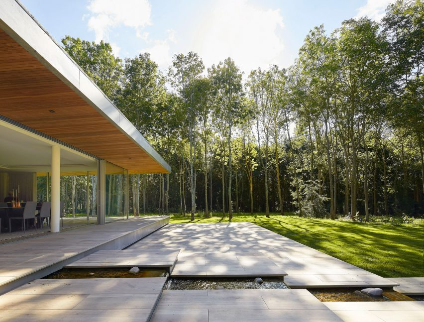 Entrance patio in House in The Lakes by Yoo, by Broadway Malyan