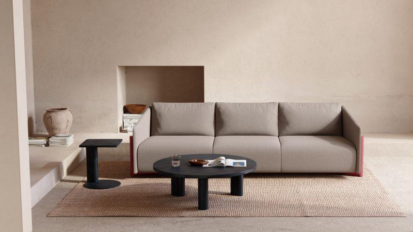 Нейтральная ткань на деревянном диване