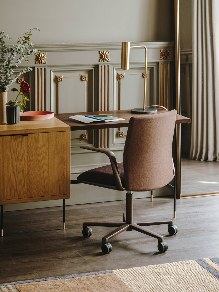 A photograph of the Kinesit Met chair by Lievore Altherr Molina for Arper