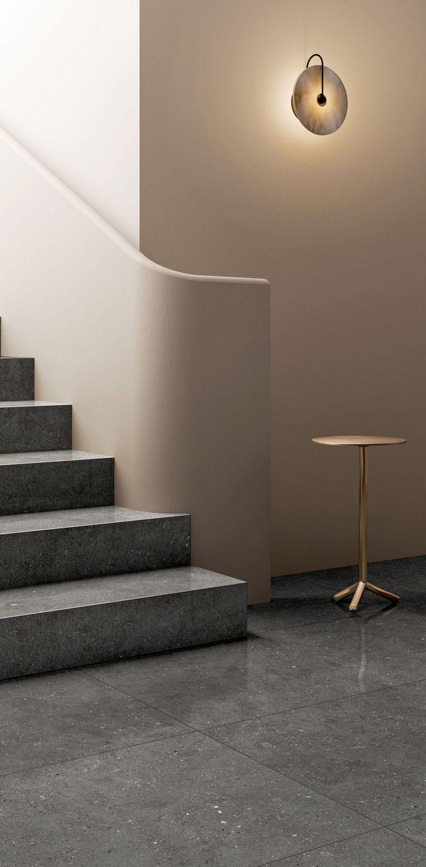 Серая плитка на лестнице