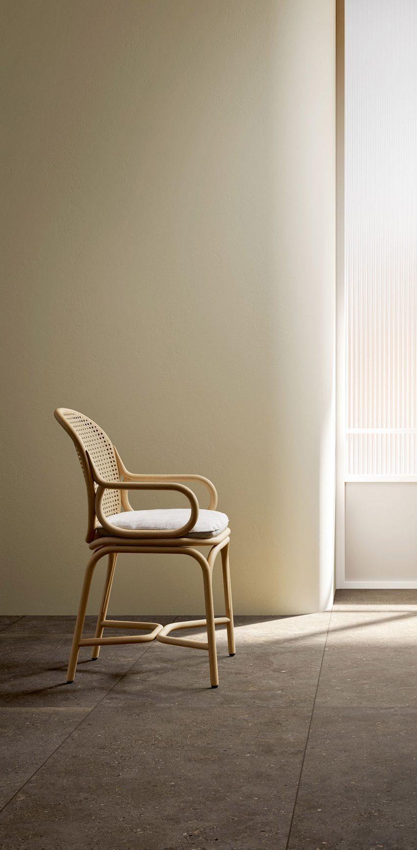 Плетеный стул на плитке Solida