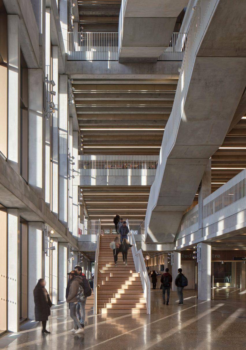 Лестница Кингстонского университета в Лондоне - Таунхаус
