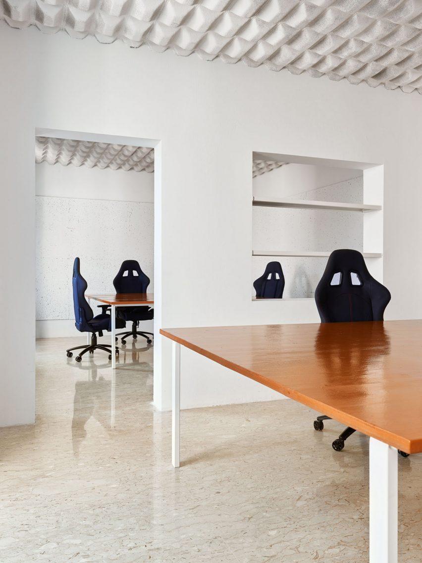 Bukaan di dinding mengarah antara ruang kerja dan kamar