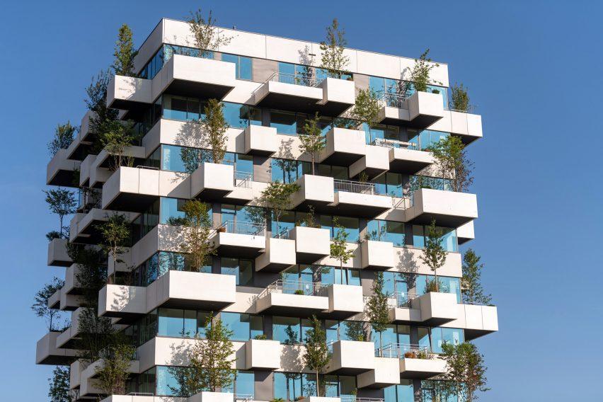 Здание окутано бетонными и стеклянными лентами.